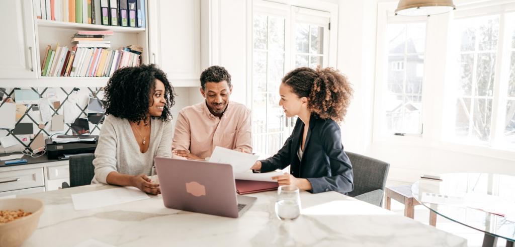 Rencontre de couple afro-américain avec un conseiller financier