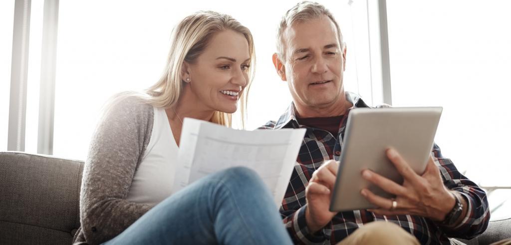 Couple d'âge moyen examinant leurs finances