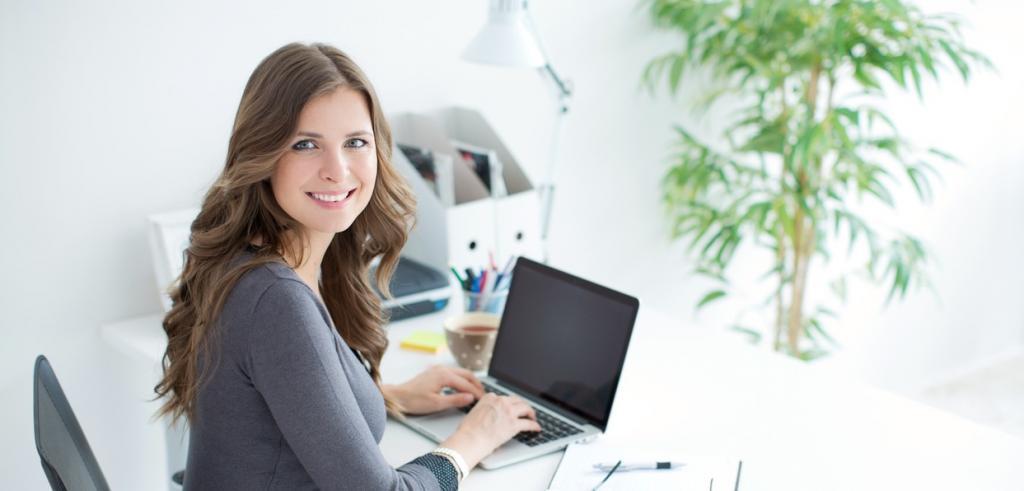 femme d'affaires et ordinateur