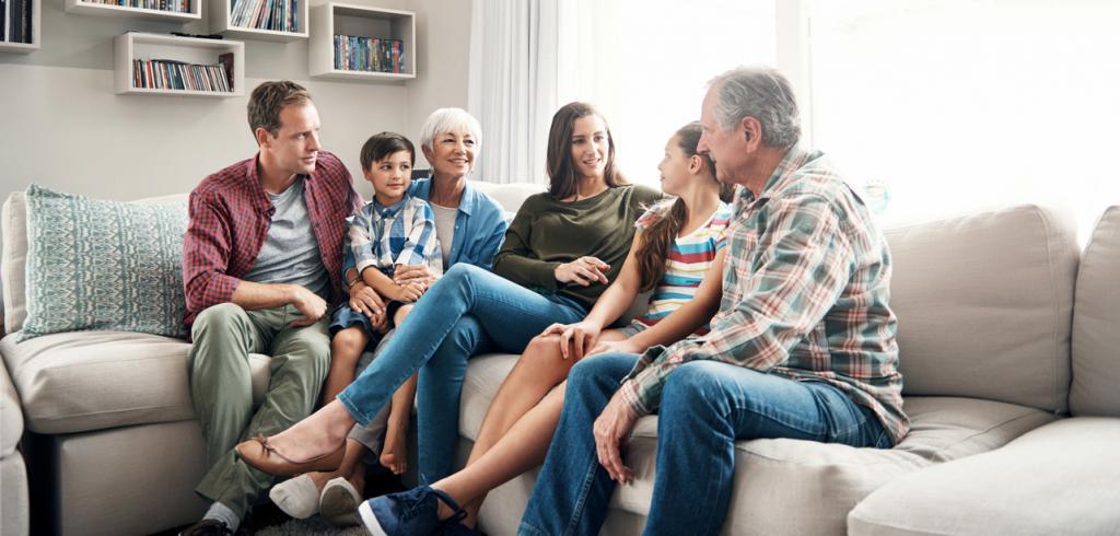 Famille multi générationnelle assis sur un canapé
