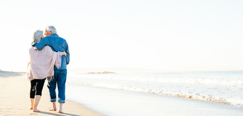 Couple de retraites marchant sur la plage