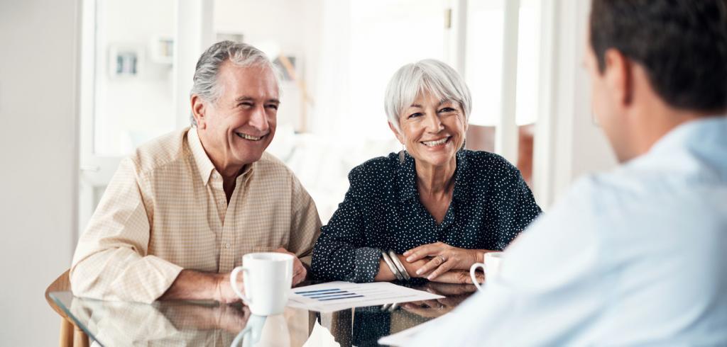 Couple de personnes âgées examinant testament et succession
