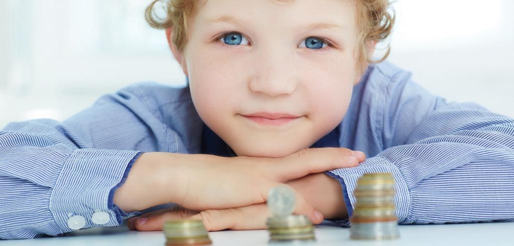 Jeune garçon regardant l'argent