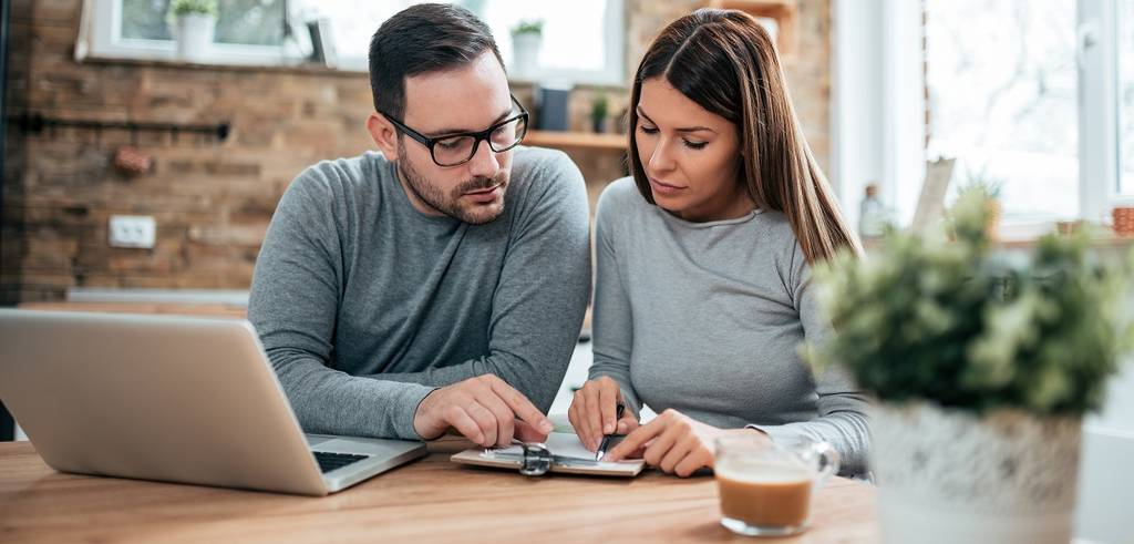 Jeune couple examinant des documents