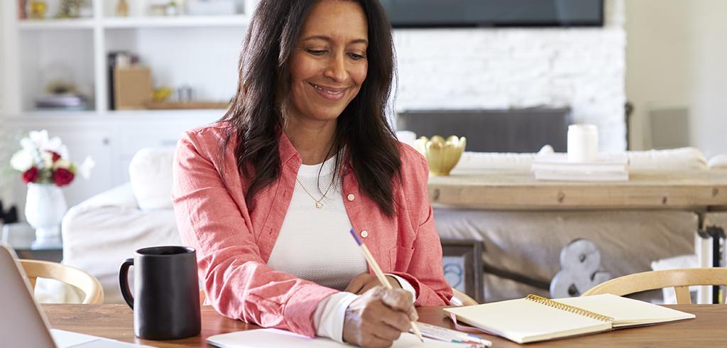 femme d'âge moyen dans son bureau à domicile