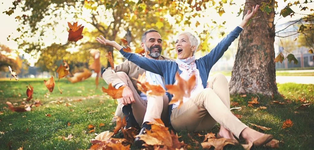 homme et femme retraités assis dans le parc