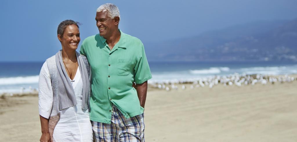 le couple marche sur la plage