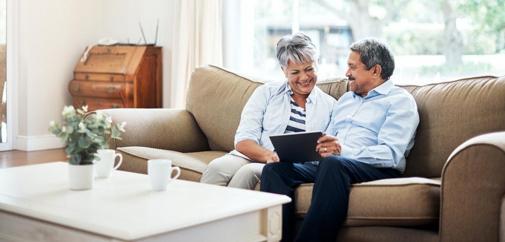couple de retraités assis sur le canapé