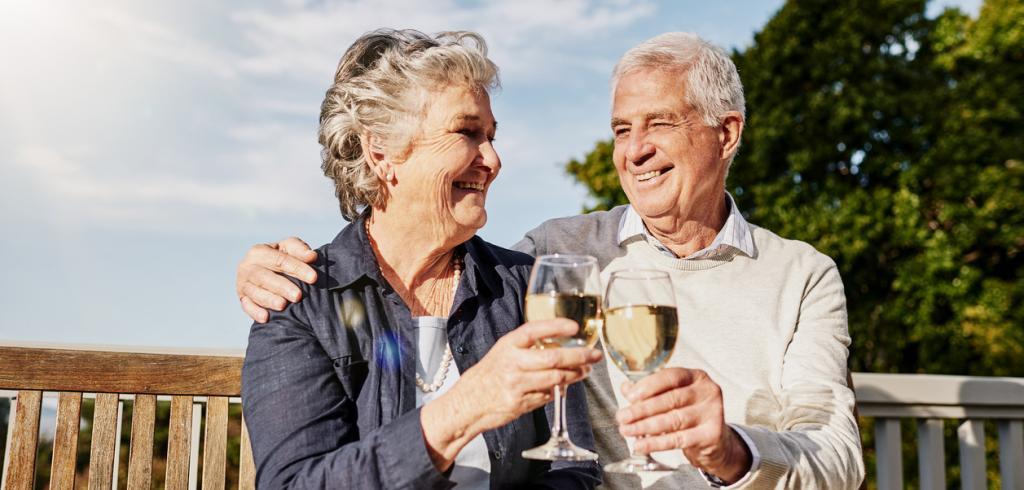 Couple de retraités célébrant dehors