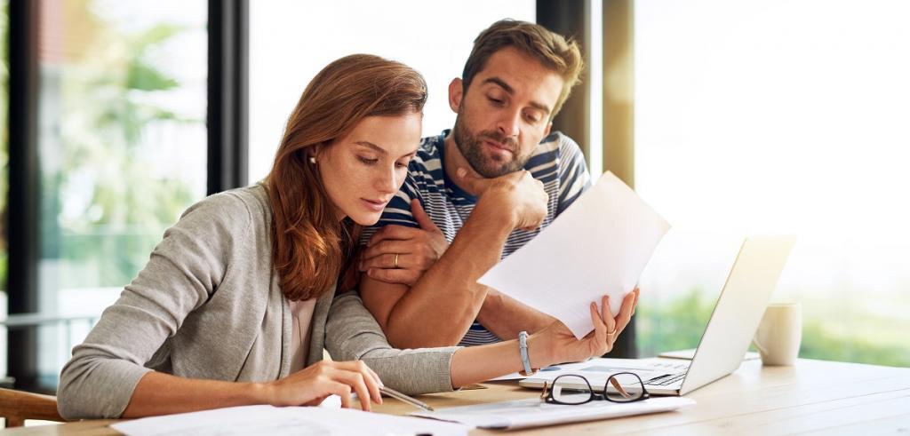 un jeune homme et femme regardant des documents