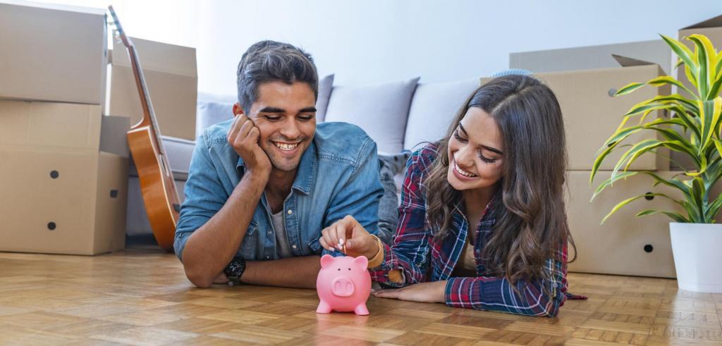 Un jeune couple qui mettent une piece de monnaie dans une tirelire