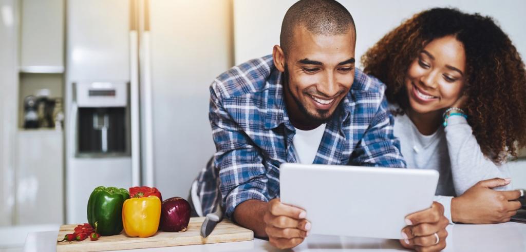 Jeune couple sur tablette